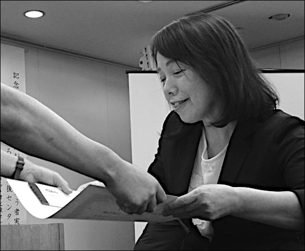 表彰状を受け取る中村さん