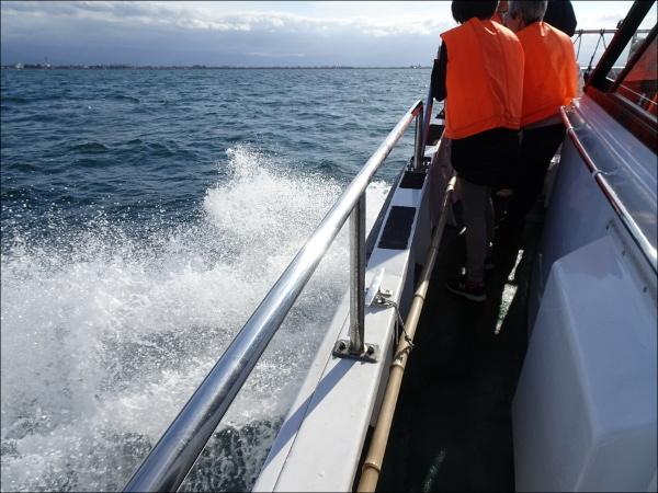 甲板に届きそうな波