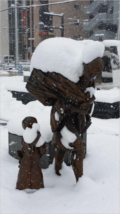 雪の積もった家庭薬配置像