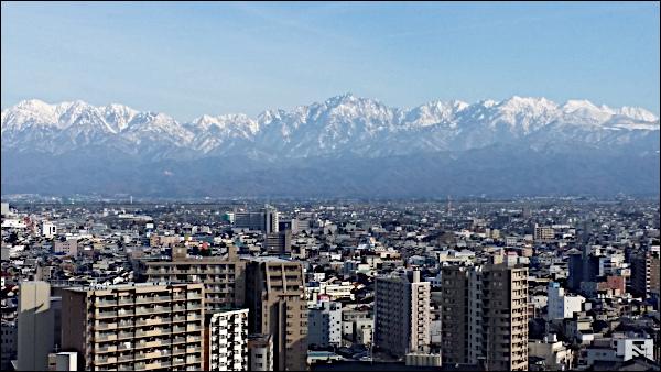 街越しの雪の立山連峰